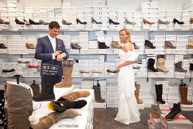 Braut sucht Schuhe für die Hochzeit