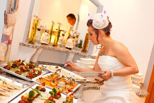 Braut am Hochzeitsbuffet