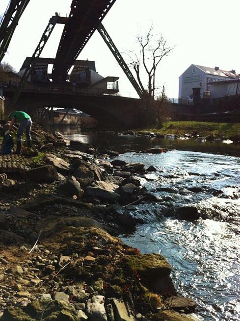 "Wupper an der ""Loher Brücke"" beim Picobello-Tag 2012"