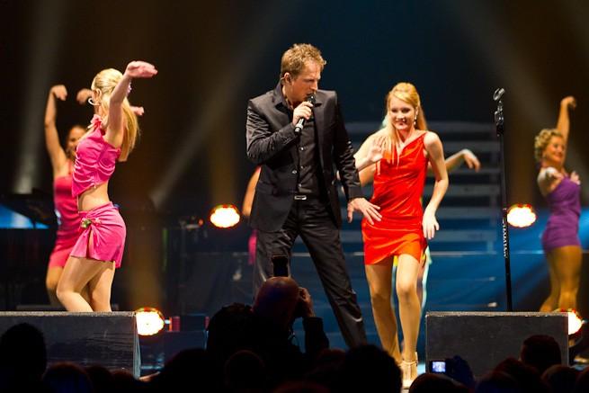 Jörg Bausch mit Tänzerinnen