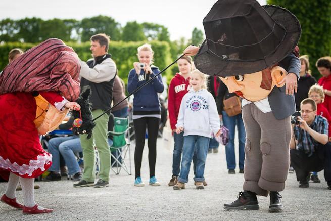 witzige Figuren bespaßen Kinder vor der Show