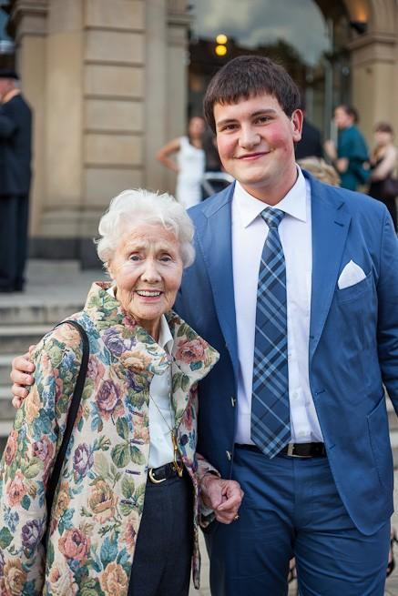 Abiturient mit Großmutter beim Abiball