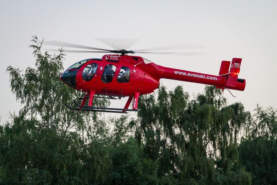 Schlagerstar Michael Wendler trifft mit einem Helikopter ein