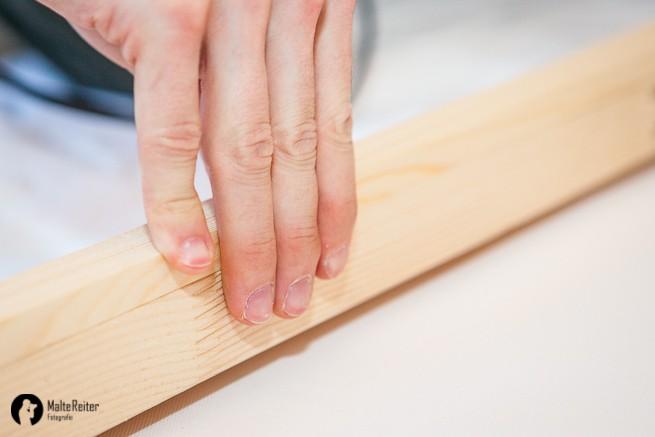 Holzleisten gleichmäßig an den Rahmen der Leinwand drücken