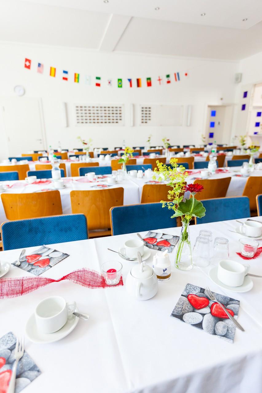 der liebevoll geschmückte Gemeindesaal