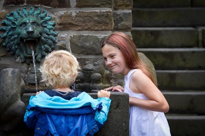 Kinder im Hof von Schloss Burg