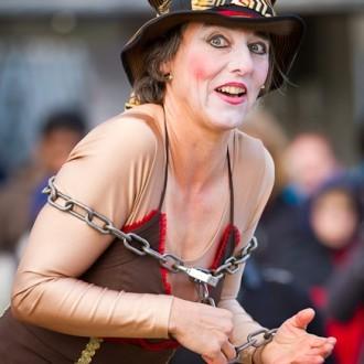 witzige Künstlerin beim Internationalen Feuerwerkswettbewerb in Hannover
