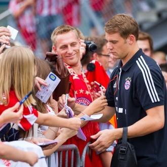Manuel Neuer signiert den Fans Trikots