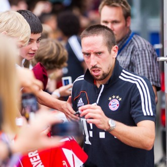 Franck Ribéry gibt Autogramme nach dem Spiel in Hamburg