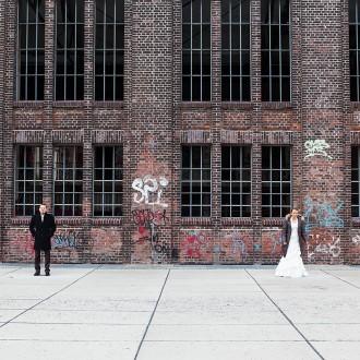 Hochzeitsfotos vor Graffiti