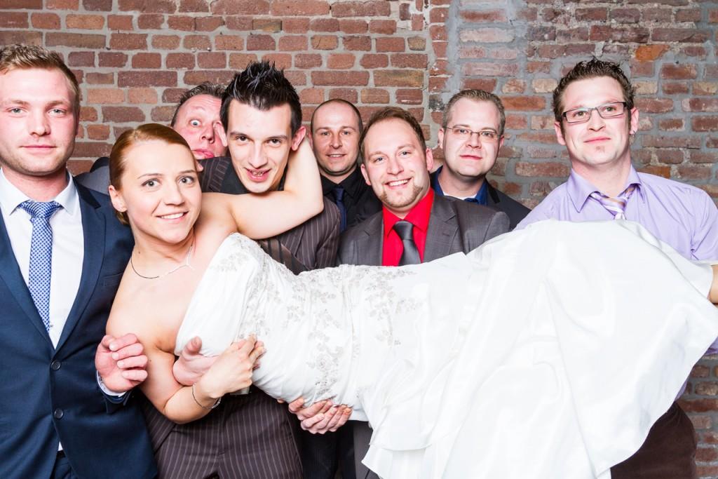 Hochzeit Braut auf Händen getragen