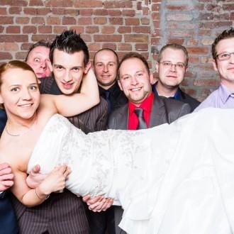 Braut auf Händen getragen