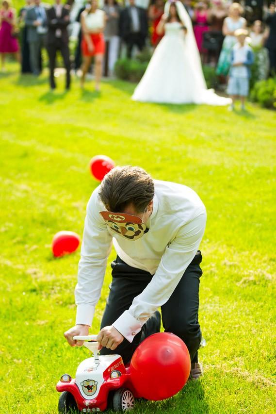 Bräutigam spielt Mario Kart