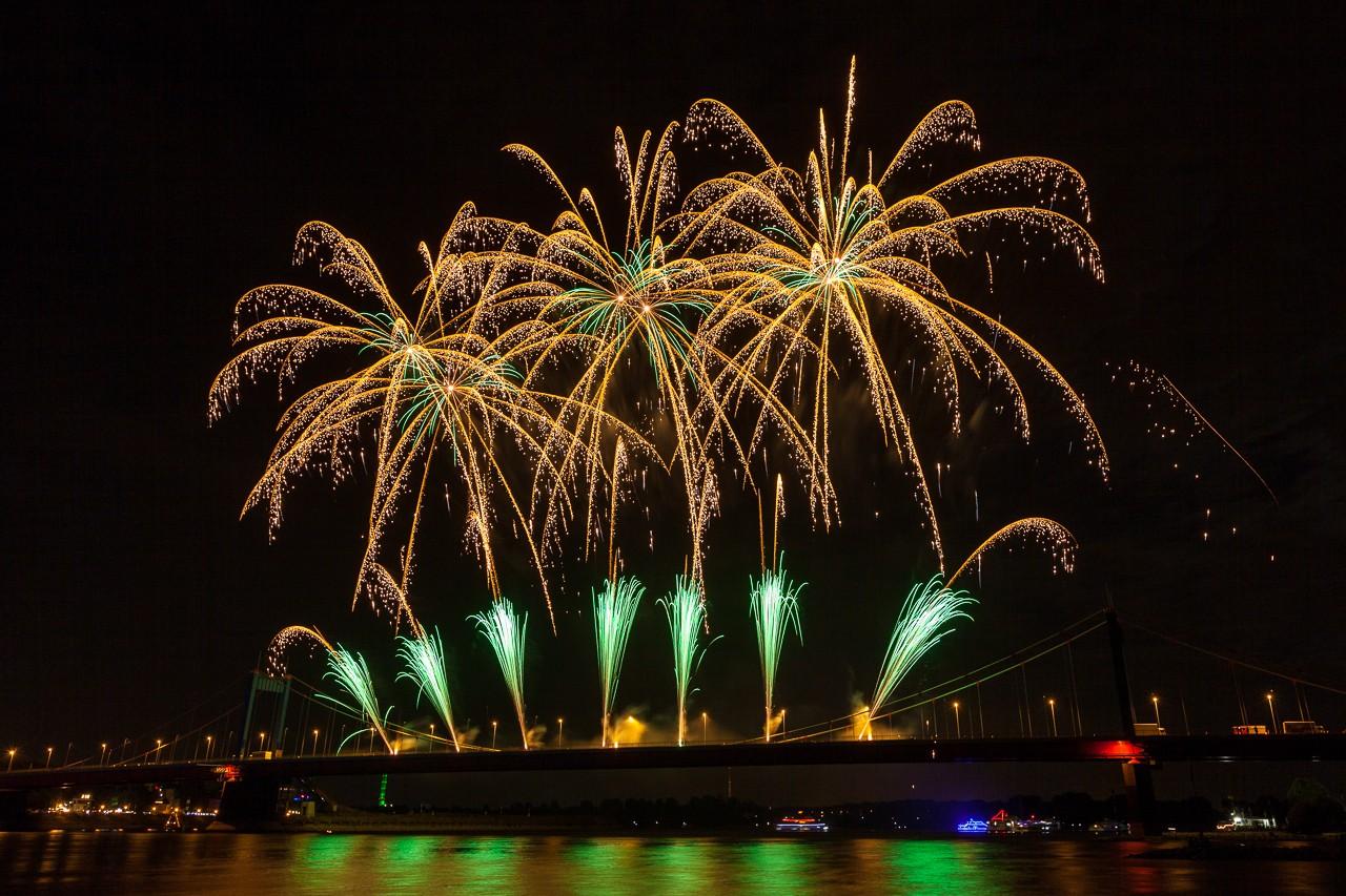 Brilliante Feuerwerkskörper beim Ruhrorter Hafenfest