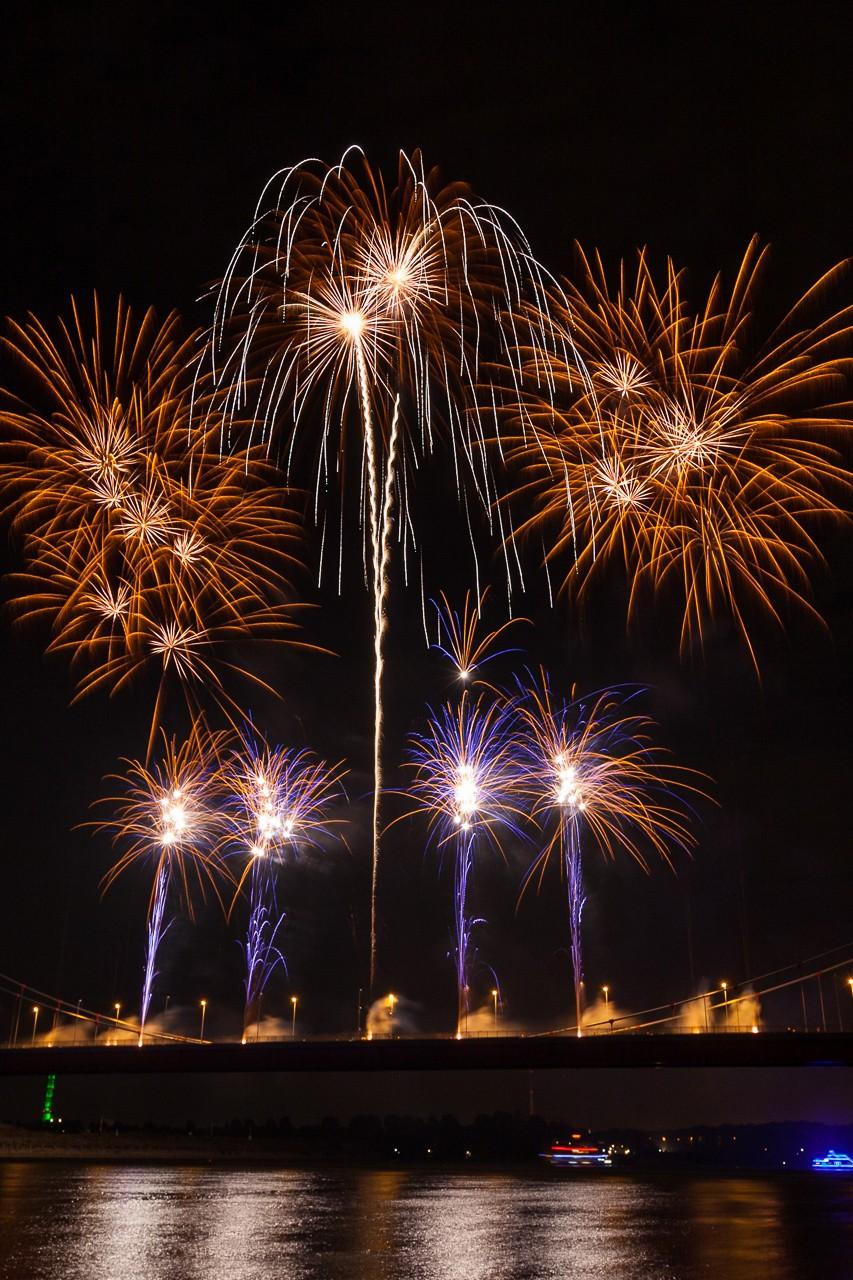 Feuerwerk über dem Rhein in Duisburg
