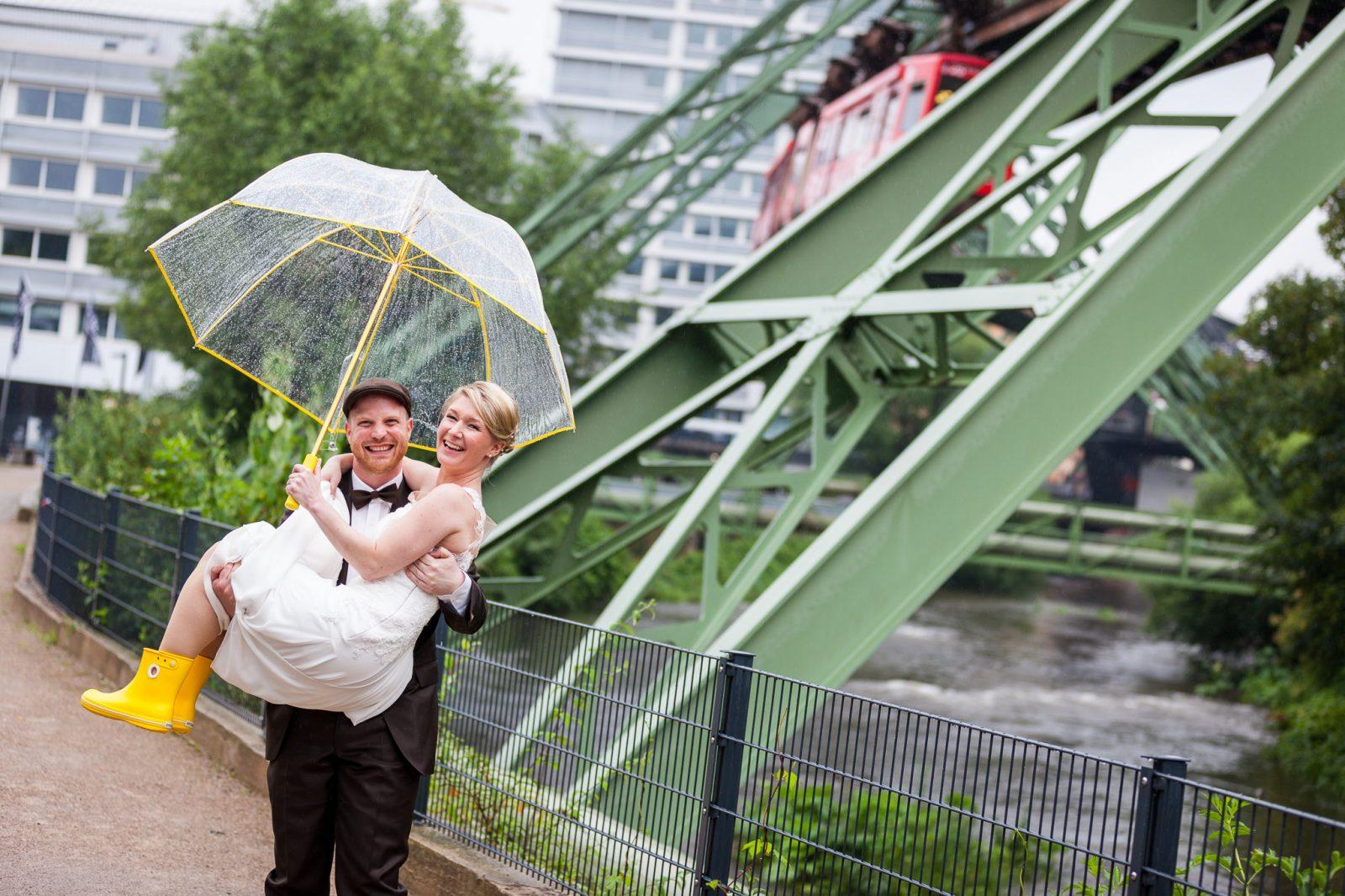 schöne hochzeitsfotos im regen