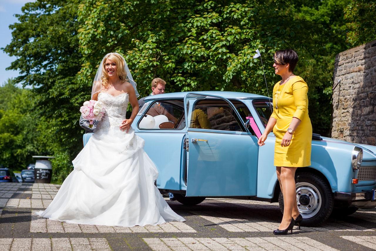 blauer Hochzeits-Trabi