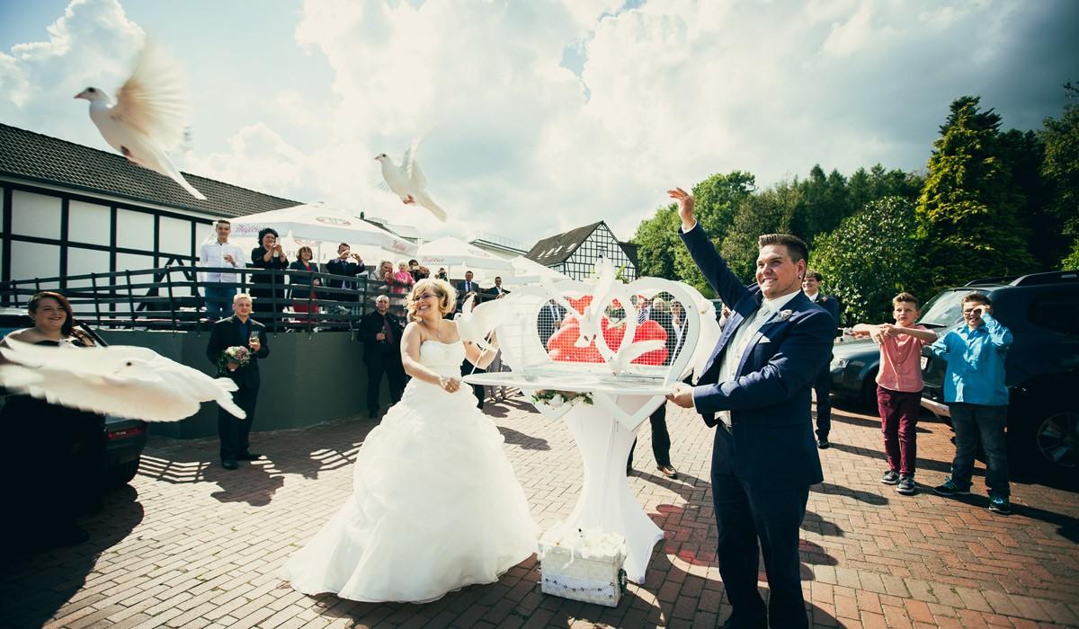 Weisse Hochzeitstauben Zur Hochzeit Fliegen Lassen