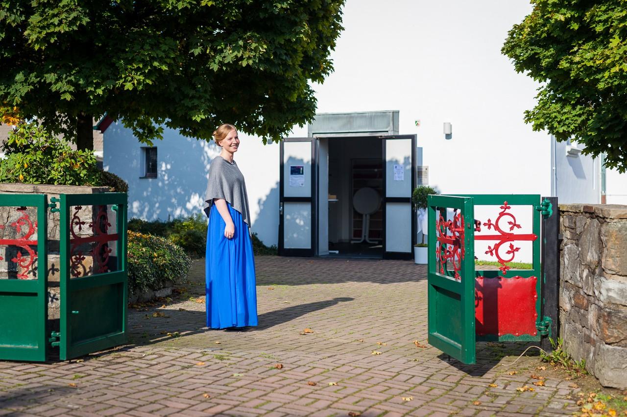 Hochzeitsgast wartet vor Kirche Tönisheide