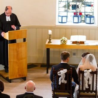 Hochzeitspaar in der windrather Kapelle