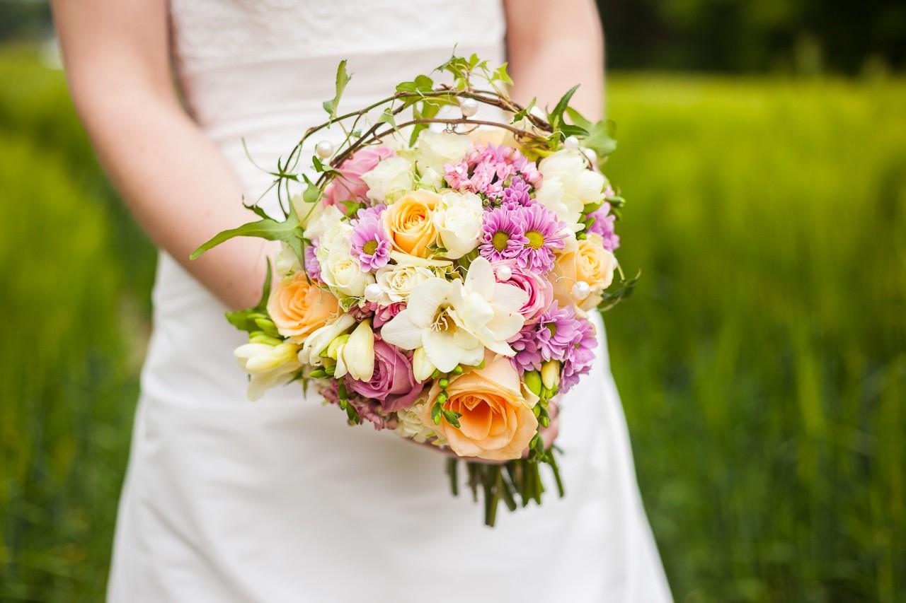 Hochzeitsfoto mit buntem Blumenstrauss