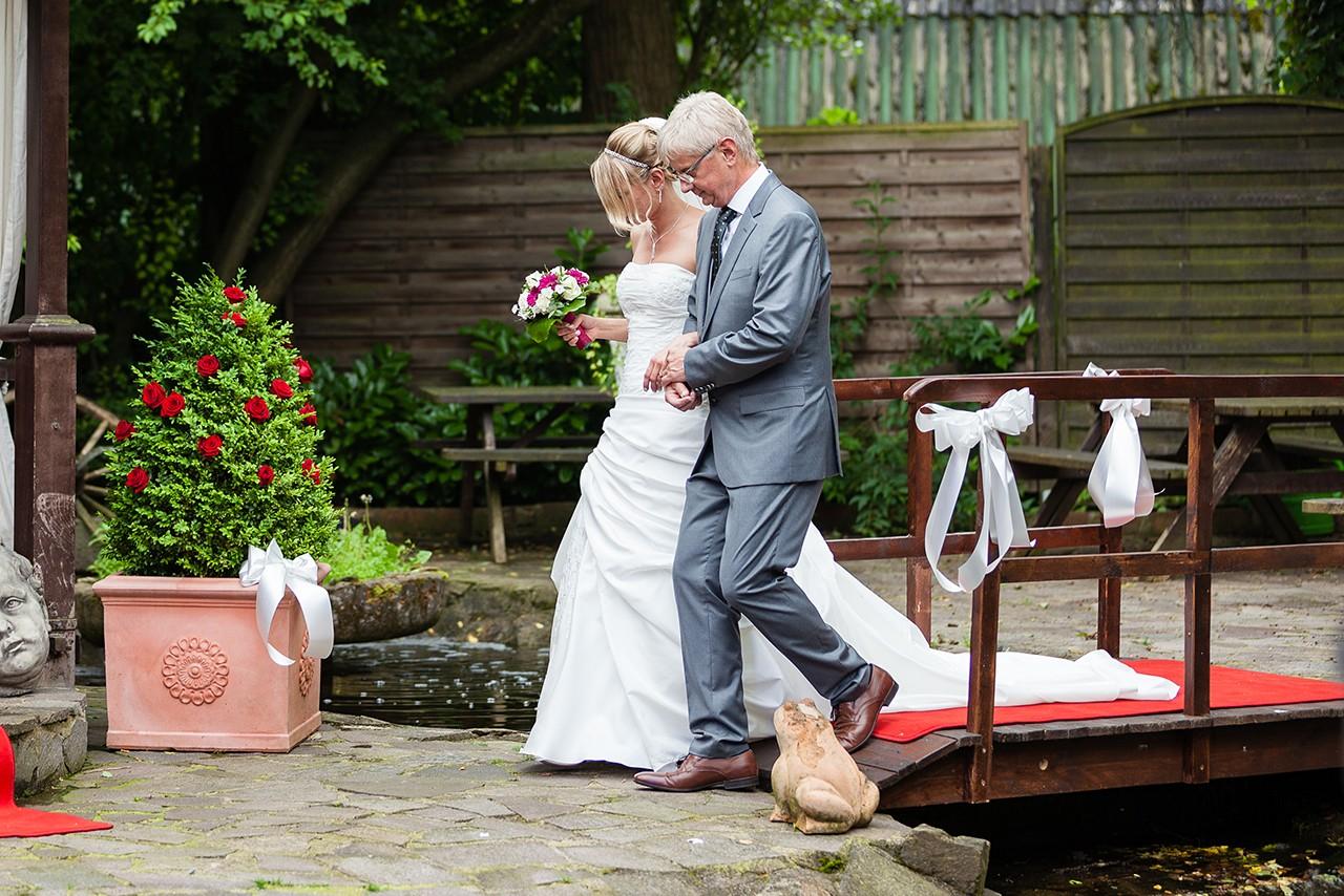 Braut und Brautvater bei Hochzeit