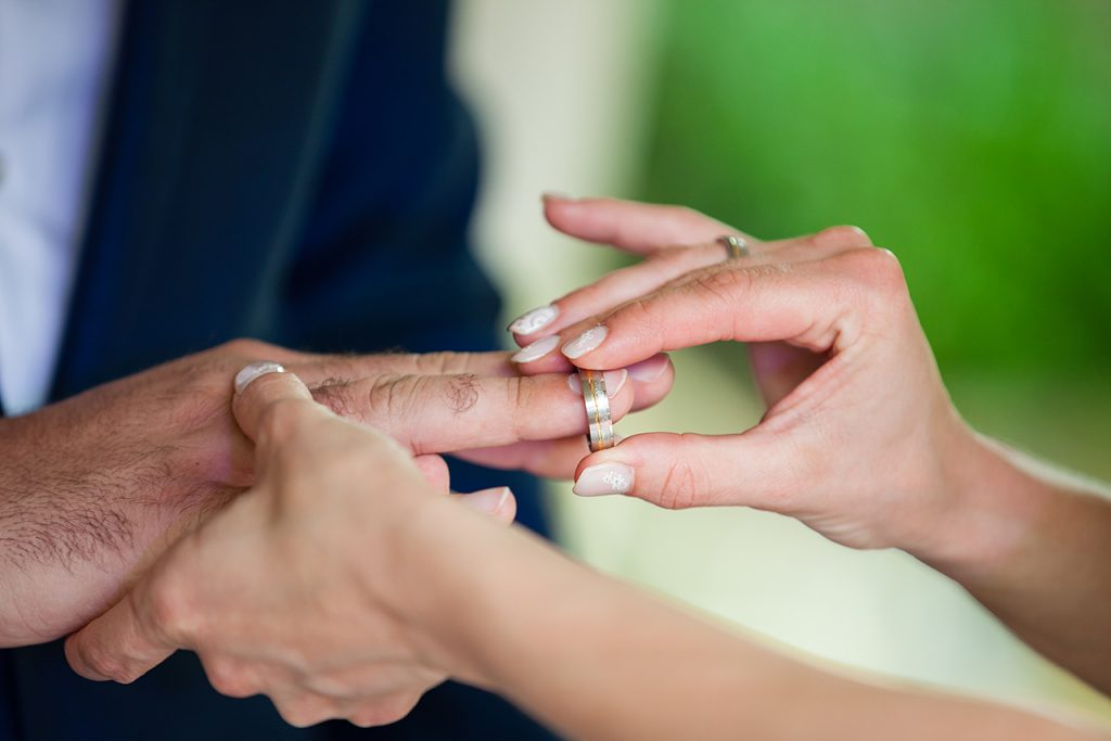 Ehering an Hand stecken heiraten