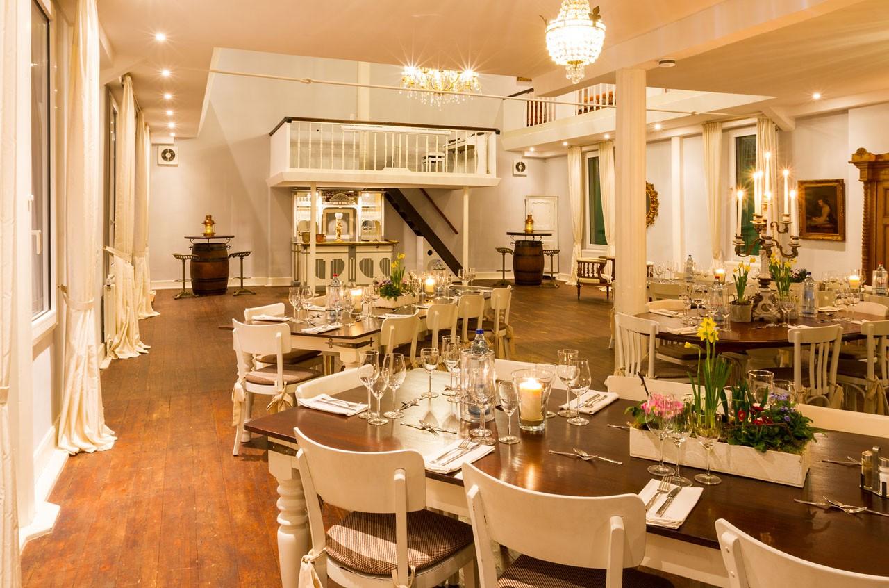 Sitzordnung mit eckigen Tische bei Hochzeit in Solingen