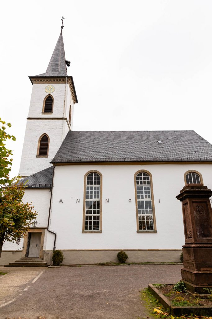 weiße Johannes-Kirche in Ennepetal Voerde