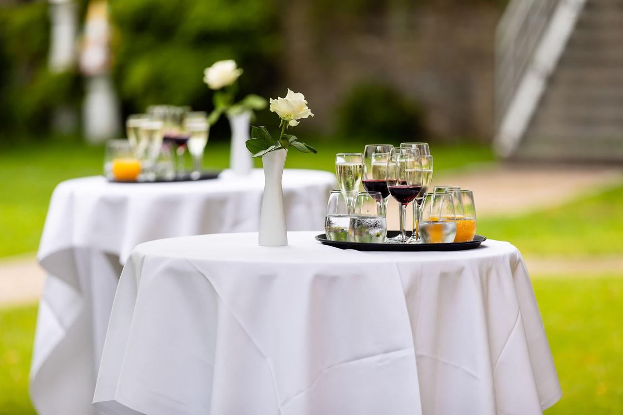 SchlossGut Wuppertal Sekt vorbereitet für Hochzeitsgäste